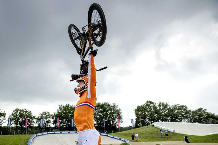 Niek Kimmann viert de winst na de finale tijdens het WK BMX in Papendal.  Beeld ANP