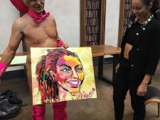 Artiest schildert met zijn geslacht portret van Fajah