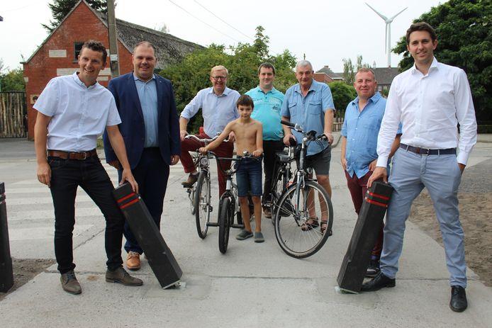 De gemeente en de bewonersgroep Leefbaar Doornzele plaatsen de laatste paaltjes.