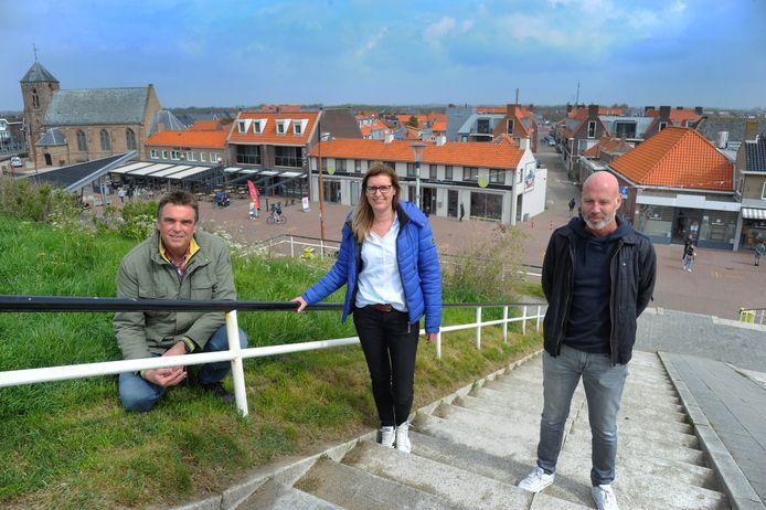 Lourus Roelse, Cathelijne Hoogendoorn en Michel Melis (vlnr) horen bezoekers klagen over de hoge parkeertarieven die sinds zes weken betaald moeten worden in Zoutelande.