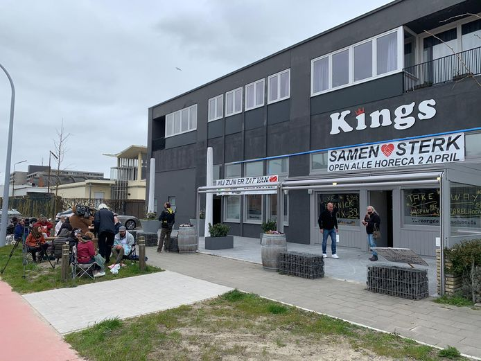 Aan de Kingsclub in Brugge mag je niet op het terras zitten, maar kan je vandaag wel picknicken met de takeaway van de zaak.