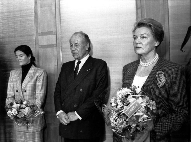 Freddy Heineken met Lucille en dochter Charlène, vermoedelijk bij zijn aftreden op 3 mei 1989. Beeld Hollandse Hoogte /  ANP