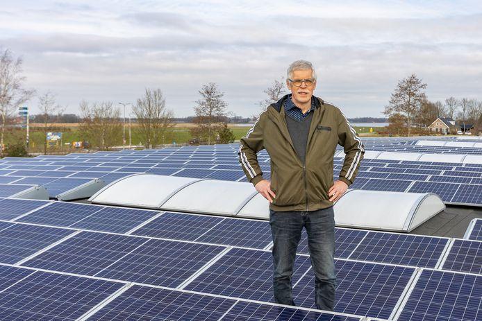 Jan Konter van Energiecoöperatie Voorst tot Wieden op het met zonnepanelen belegde dak van het starterscentrum in Vollenhove.