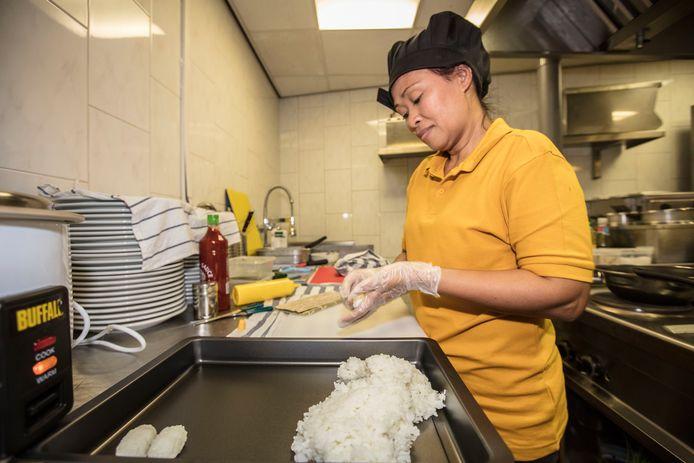 Thaise kok Wanida aan het werk in het nieuwe restaurant Krata Thai in Deurne.