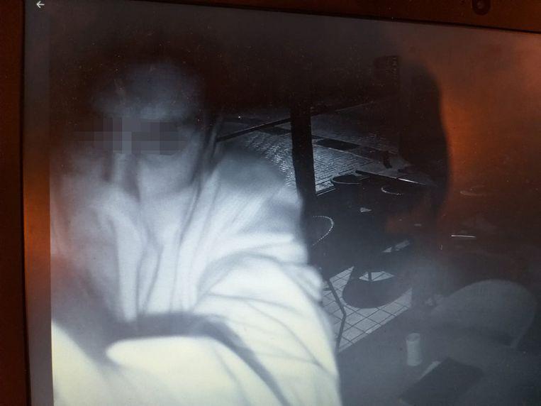 De inbreker rukte de bewakingscamera op het overdekt terras uit de muur, maar zijn hoofd werd daarbij geregistreerd.