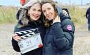 Jacqueline Hoogendijk (li) en Bianca van der Steen van Geen Bluf uit Gouda, op de set van The Forgotten Battle, zoals de Engelse titel luidt.