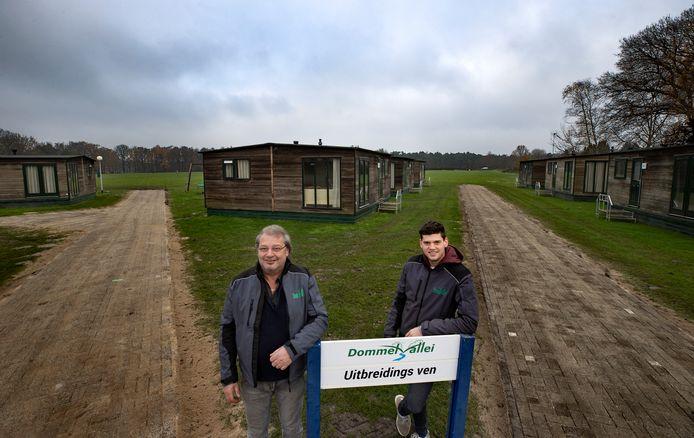Campingbaas Frank van de Ven en zijn zoon Reinier bij een aantal van de nieuwe chalets op camping De Dommelvallei in Borkel en Schaft.