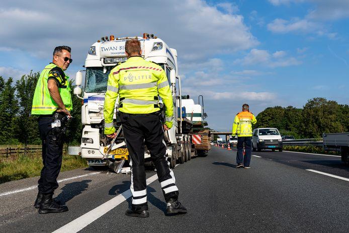 De vrachtwagens kwamen met elkaar in botsing op de A59.