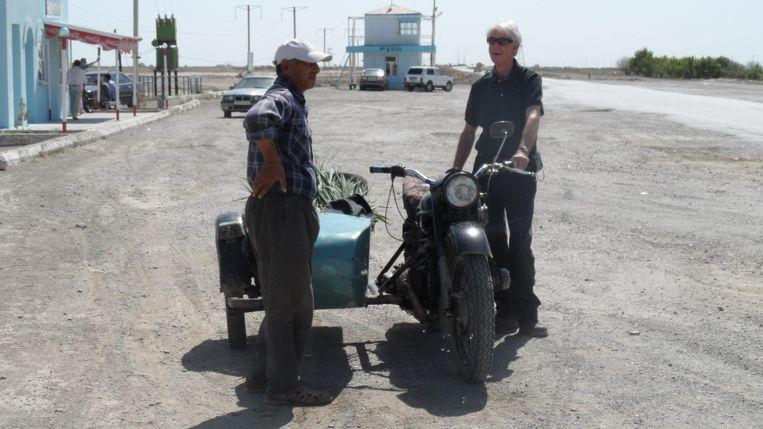 Hein Leffrings tochten in het spoor van Paustovski brachten hem overal, zoals op de weg tussen Balkanabat en Nokhur in Turkmenistan. Beeld Beeld uit privé-collectie