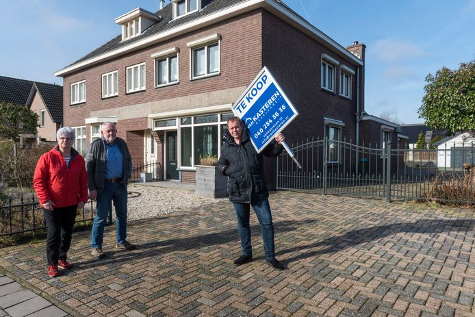 Leny Brouwers, Gé Pijpers en Girt Pijpers (vlnr) voor het huis van laatstgenoemde aan de Kruisstraat.