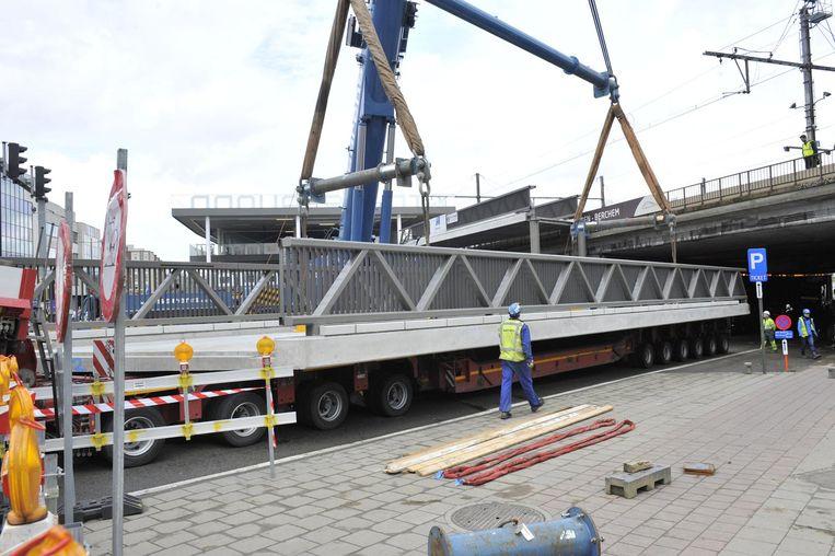 De fietsersbrug aan het station wordt geplaatst.