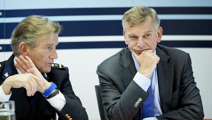 Gerard Bouman (links) en Herman Bolhaar tijdens een persbijeenkomst over het jaarverslag van het Openbaar Ministerie.