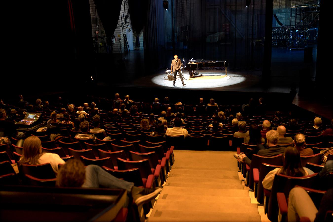 Stef Bos in het Parktheater tijdens de eerste van zijn drie testvoorstellingen. In de zaal mochten 250 mensen die van tevoren getest waren.