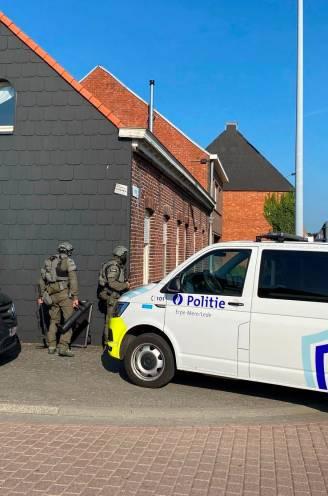 """Gewapende man in Steenstraat pas na zes uren overmeesterd door speciale eenheden: """"Bang dat hij plots met zijn wapen via de tuinen tot bij mij zou raken"""""""