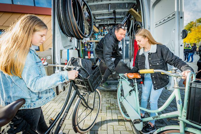 Bij het Oosterlicht College in Vianen werd vanmorgen extra aandacht gevraagd voor goede fietsverlichting. Mobiele fietsenmaker Jean Paul Odijk checkt de verlichting van leerlingen Tara van Ewijk  en Britt Lissenberg.