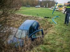 Automobilist gewond nadat hij via vluchtheuvel in sloot belandt in Duiven