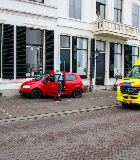 Auto rijdt tegen gevel in Zutphen, bestuurster onwel