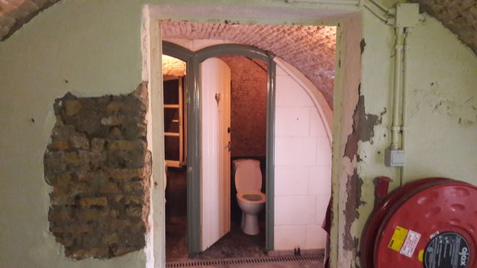 Met name de toiletten in Fort de Hel zijn aan een opknapbeurt toe, maar ook de kalk valt van de muren af.