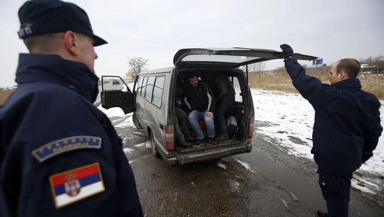 De Servische grenspolitie houdt Kosovaarse vluchtelingen tegen om de stroom Kosovaren die naar Europese landen trekken terug te dringen.