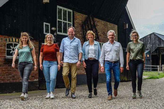 De erfcoaches Marloes Nijland, Neeltje Bleumink, Tom Jannink, Ursula Hesselink, Gerrit Meutstege en Martine van Burgsteden (vlnr) helpen agrariërs. Bleumink, Jannink en Meutstege werken in Borne.
