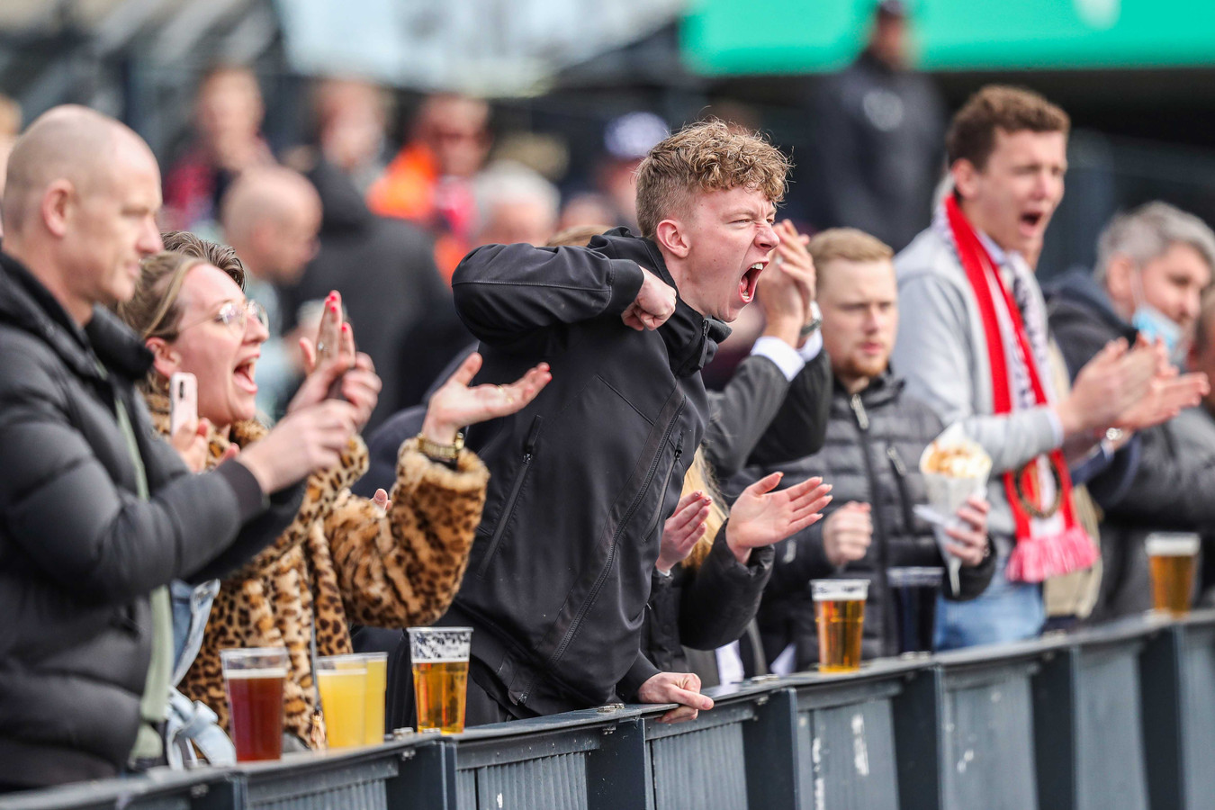 Supporters van Feyenoord tijdens de wedstrijd tegen Vitesse in de Kuip op 25 april, de wedstrijd hoorde bij de eerste serie pilots.