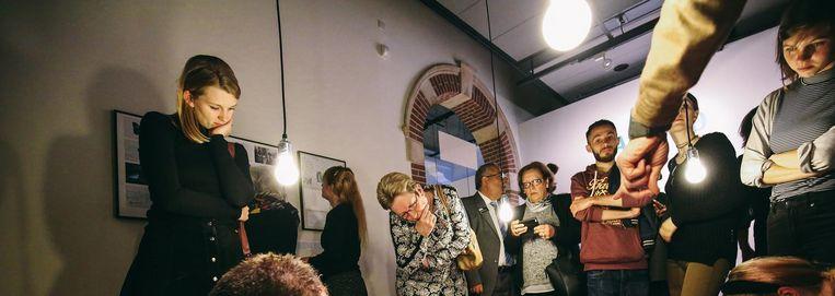 In het Tropenmuseum leiden Syrische vluchtelingen de bezoekers rond en vertellen over hun stad, Aleppo. Beeld Desiré van den Berg
