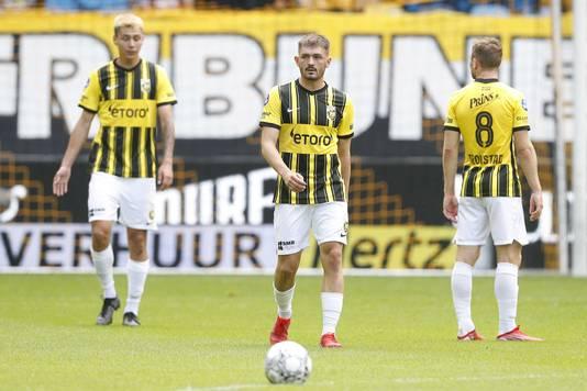 Toni Domgjoni (midden) kon zijn stempel niet drukken bij zijn eerste basisplaats voor Vitesse.