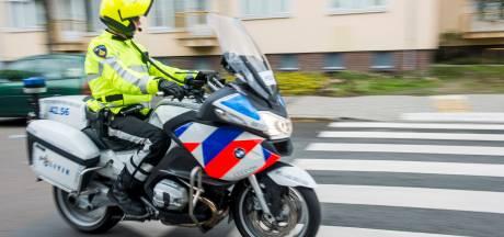 Achtervolging door Katwijk eindigt in crash, motoragent en twee scooterrijders gewond