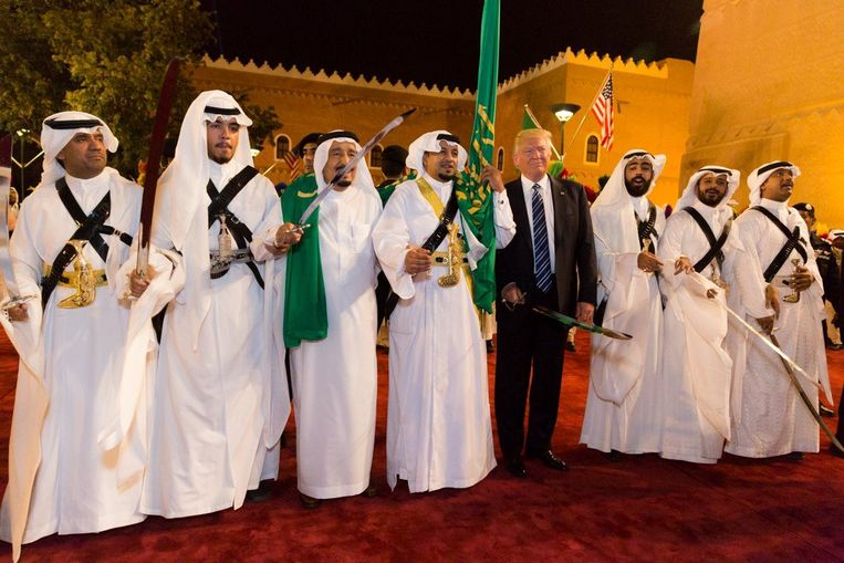 Donald Trump met een zwaard in zijn handen tijdens zijn bezoek aan Riyad. Beeld Photo News