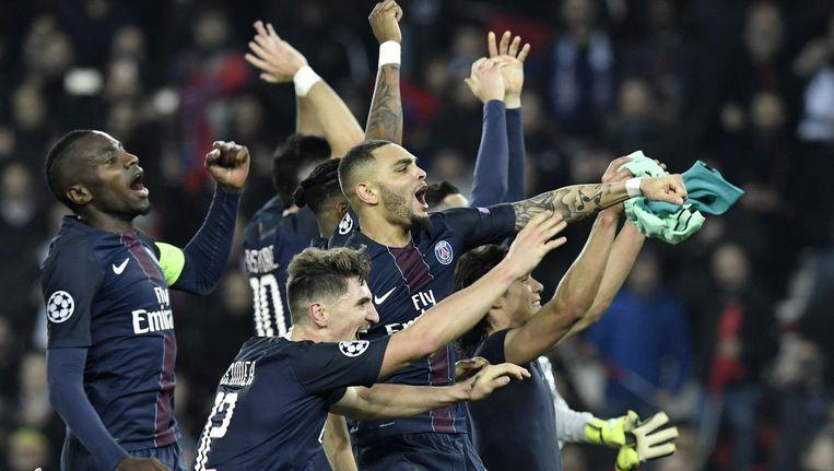Het elftal van Paris Saint-Germain juicht na de 4-0 overwinning op FC Barcelona. Beeld afp