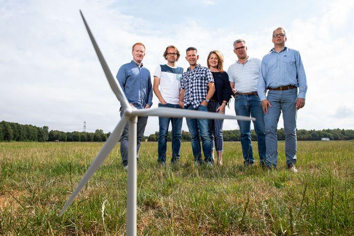 Bert en Annemarie Kristen (midden) en andere initiatiefnemers van twee hoge windmolens langs de A1/A35