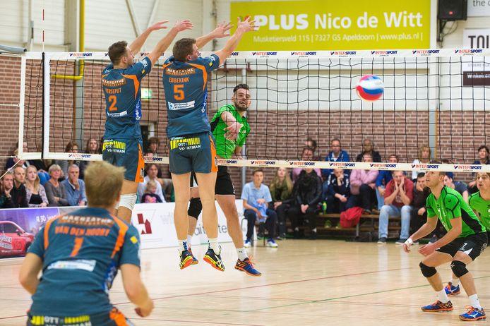 Alterno-speler Jasper Smit (midden) smasht de bal langs het blok van Rivo Rijssen. Rechts Niels van Beek en Jorn Huiskamp. foto Maarten Sprangh