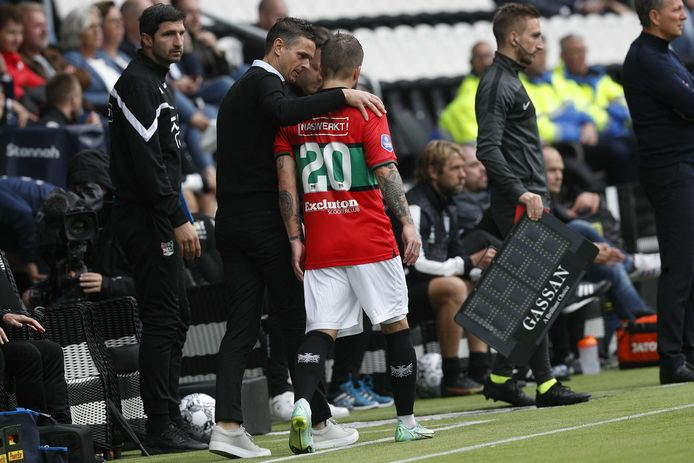 NEC-trainer Rogier Meijer overlegt met Lasse Schöne.
