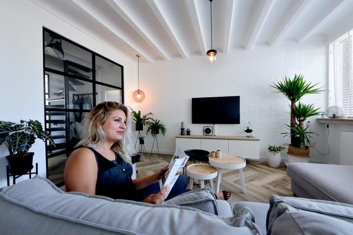 Melissa in de woonkamer. ,,Ik vind het heel erg leuk om met interieur en design bezig te zijn'', zegt ze.
