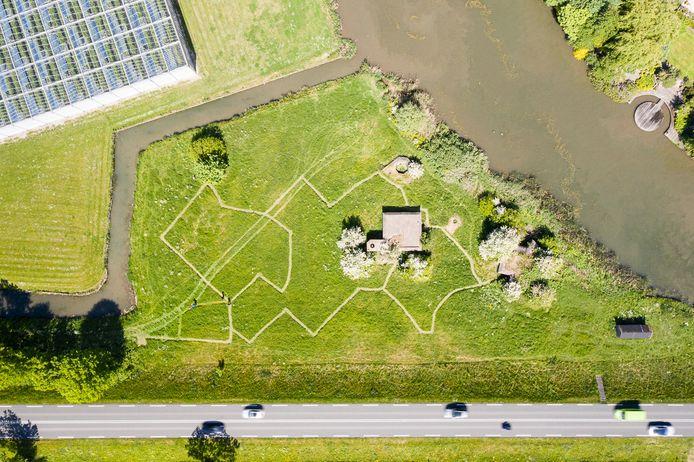 De Stelling 34 langs de Maasdijk met de gemaaide 'loopgraven'.