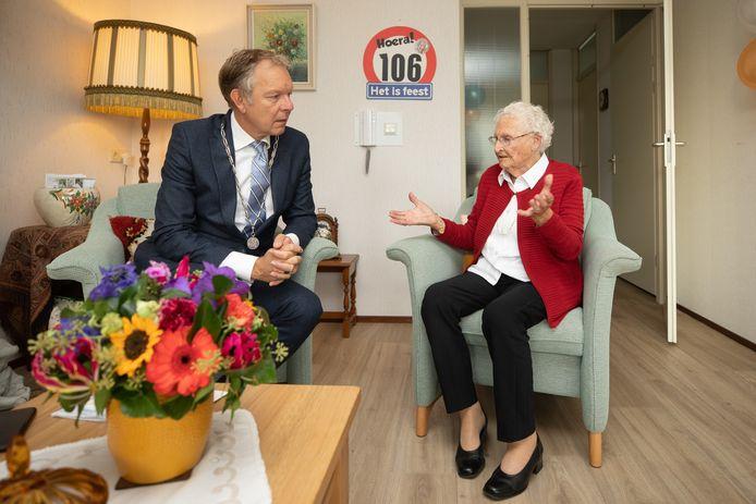 De oudste inwoner van Baarn, Jaan Hartog, in gesprek met burgemeester Mark Röell.