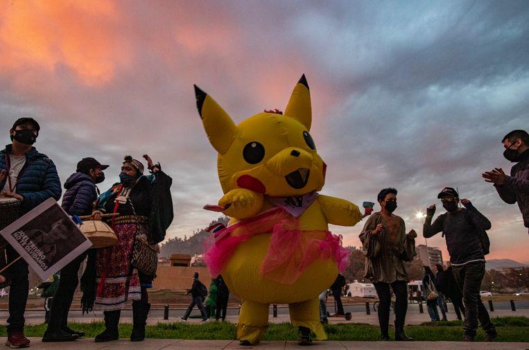 Giovanna Grandon, beter bekend als 'Tante Pikachu' (midden), hier op een manifestatie. Grandon was een van de winnaars van de grondwetgevende vergadering. Ze werd, verkleed als het Pokémon-icoon, opgepakt tijdens demonstraties tegen de regering. Beeld AP