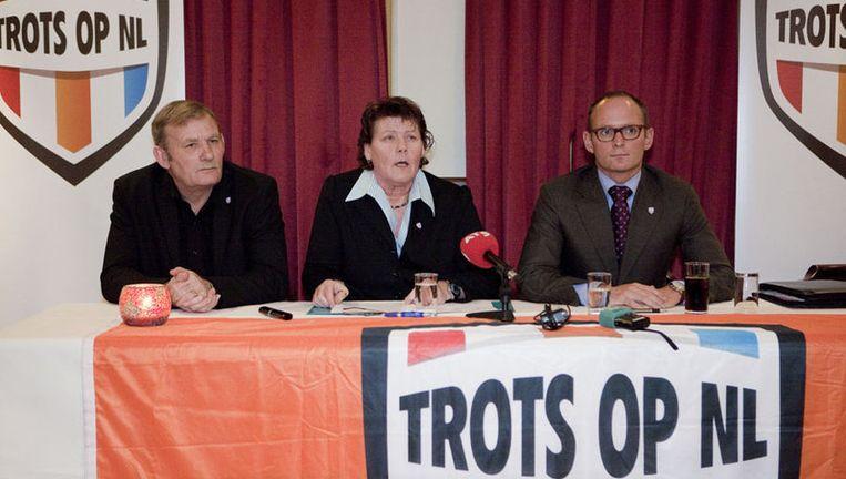 Ans van der Velde met voor de kijker links kandidaat Hans Donker en rechts Arnold Zuidema: 'We zeggen wat we doen en we doen wat we zeggen.' Foto Amaury Miller Beeld