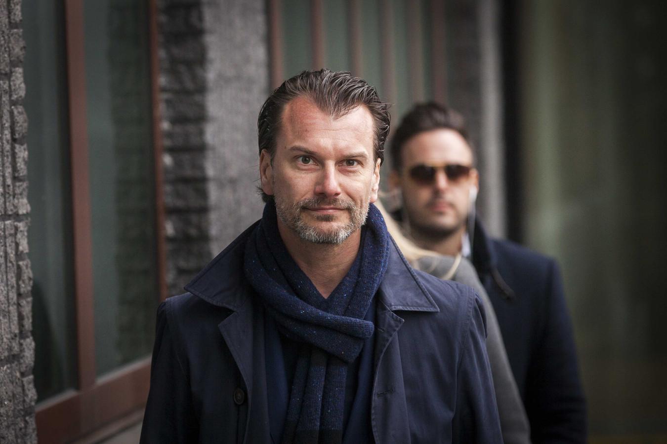 Advocaat Vincent van der Velde. Op de achtergrond Kevin, de man met wie Gordon een relatie had.