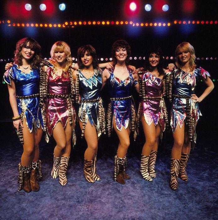De Dolly Dots in 1981, vlnr: Patty Zomer, Anita Heilker, Esther Oosterbeek, Ria Brieffies, Angela Groothuizen, Angéla Kramers.