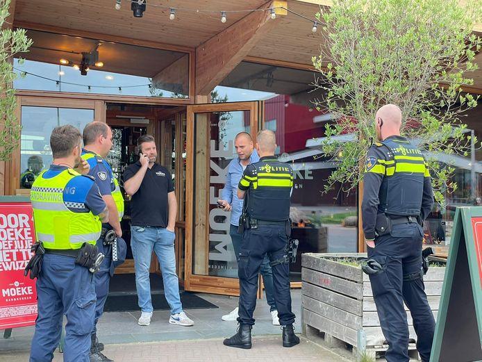 Politie en handhavers van de gemeente Nijmegen in discussie met personeel van Moeke