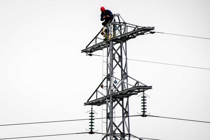 De hoogspanningsmast in Zoelmond zonder de bovenste draden die fungeren als bliksemafleiders. Een helikopter van Defensie vloog er maandagavond tegenaan.