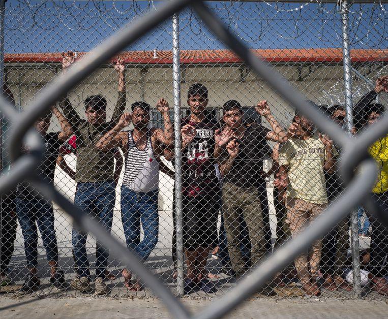 Jongens die de grens tussen Turkije en Griekenland toch (levend) weten over te steken, worden onder meer hier in Fylakio vastgezet. Beeld Nicola Zolin