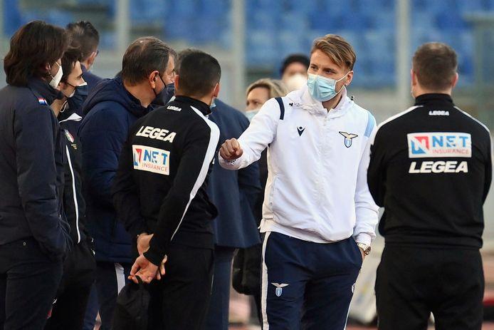 Lazio-spits Ciro Immobile in gesprek met de arbitrage, die ook voor niks kwamen opdagen in het Stadio Olimpico in Rome.