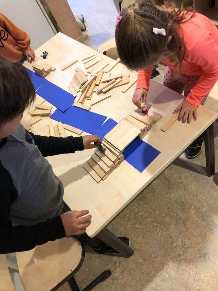 Kinderen spelen met blokken op basisschool Balans.