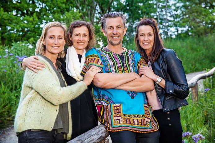 Suikerrietboer Etienne met Sabine, Isabel en Rebecca.
