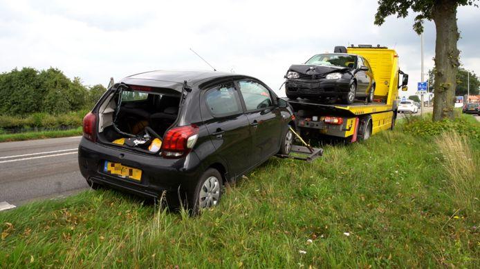De twee meest beschadigde auto's werden na een dubbele kop-staartbotsing op de Weg naar Voorst afgevoerd.
