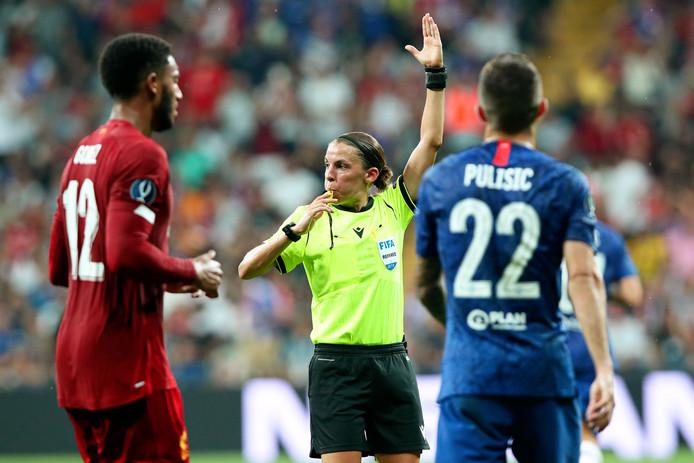 Stéphanie Frappart in actie tijdens het duel om de Europese Supercup gisteravond.