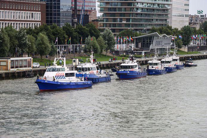 Bij de Erasmusbrug gaven twaalf politieschepen de rouwstoet een eresaluut.