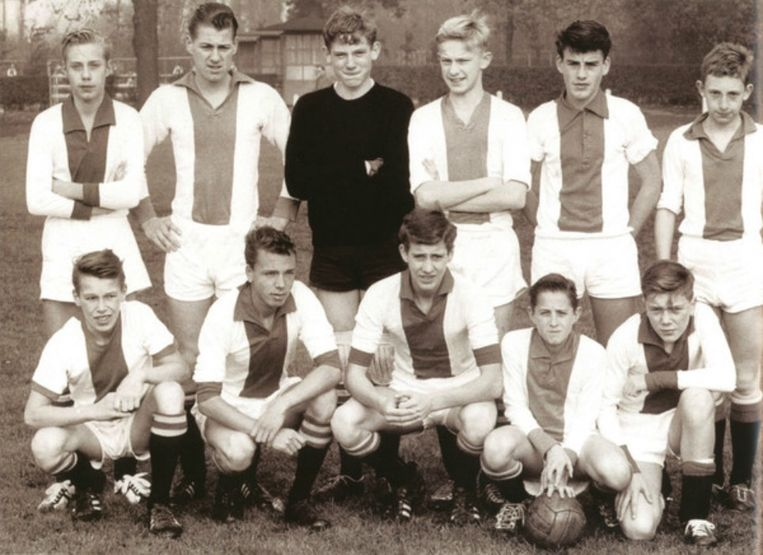 Cruijff, hier zittend met de bal, in de jeugd van Ajax in 1960. Beeld Boek 'Johan Cruijff' (2007)